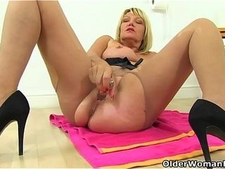 English gilf Amy gives her fanny a fuck stick handle