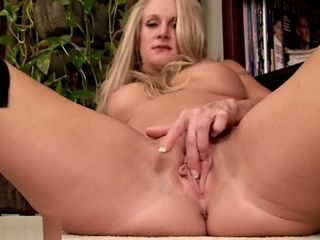 Cougar luvs flashing her love button