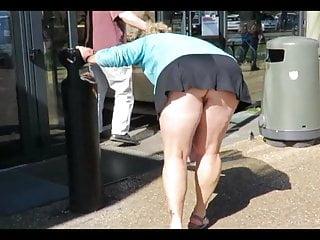 La bourgeoise en mini jupe ras des fesses montre son-in-law cul